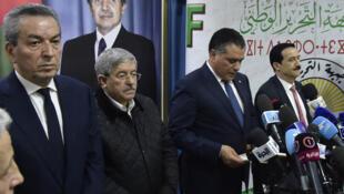 Le président du MPA, Amara Benyounes (g), le Premier ministre Ahmed Ouyahia, chef du RND (2g),  Amar Ghoul, le président du TAJ (d) écoutent  le président de l'Assemblée, Mouad Bouchareb, du parti présidentiel FLN, à Alger, le 2 février 2019.