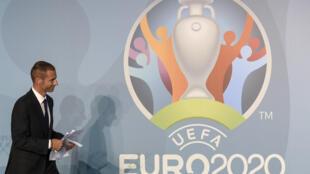 """Le nouveau président de l'UEFA, Alexander Ceferin, après un discours lors de l'inauguration du logo """"UEFA Euro 2020 Rome"""", le 21 septembre 2016 au siège du Comité Olympique italien à Rome"""