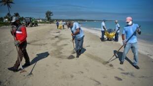 (Ilustración) Limpieza de playas en La Habana el 15 de junio de 2020 para preparar su reapertura al turismo ahora que la epidemia está bajo control. Pero inicialmente, sólo los Cayos serán accesibles al turismo extranjero.