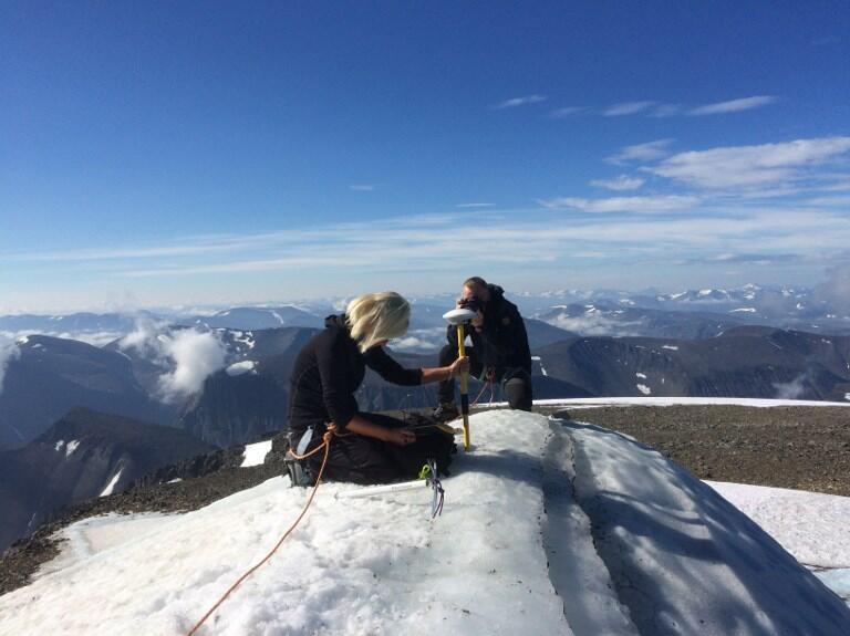Một giảng viên đại học Stockholm đo đạc tại đỉnh Kebnekaise, ngày 31/07/2018.