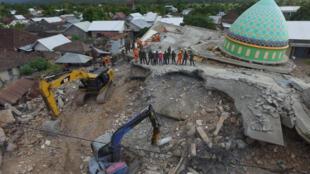 Imagem aérea da mesquita de Jamiul Jamaah, que desabou após o terremoto ao norte da ilha de Lombok.