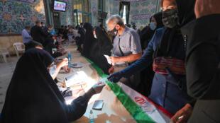 Jami'an hukumar zabe na gudanar da aikin su a wata mazaba dake kasar Iran