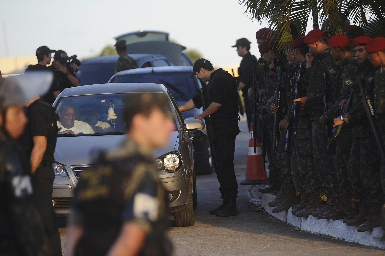 Policiais grevistas deixam a Assembleia Legislativa da Bahia, na quinta-feira, 9 de fevereiro.