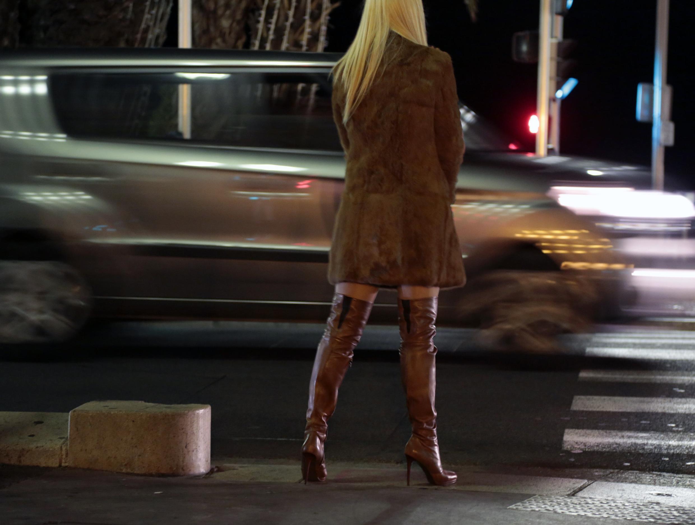 Una prostituta camina por el famoso Paseo de los Ingleses, en la ciudad de Niza.