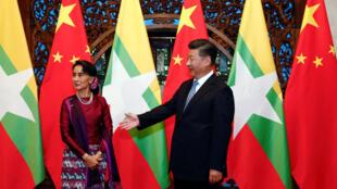 图为昂山素季会见中国国家主席习近平