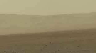 Imagem do robô Curiosity mostra superfície de Marte.