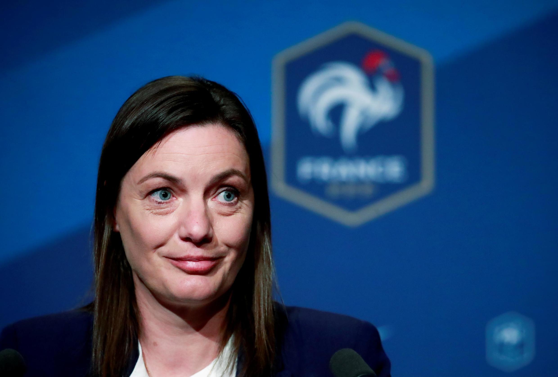 Corinne Diacre, técnica da seleção francesa feminina de futebol, foi a primeira treinadora de uma equipe masculina na história do futebol francês.