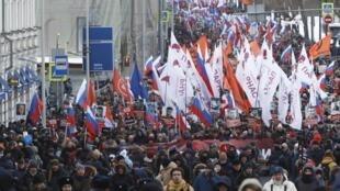 В Москве проходит марш памяти убитого три года назад политик Бориса Немцова
