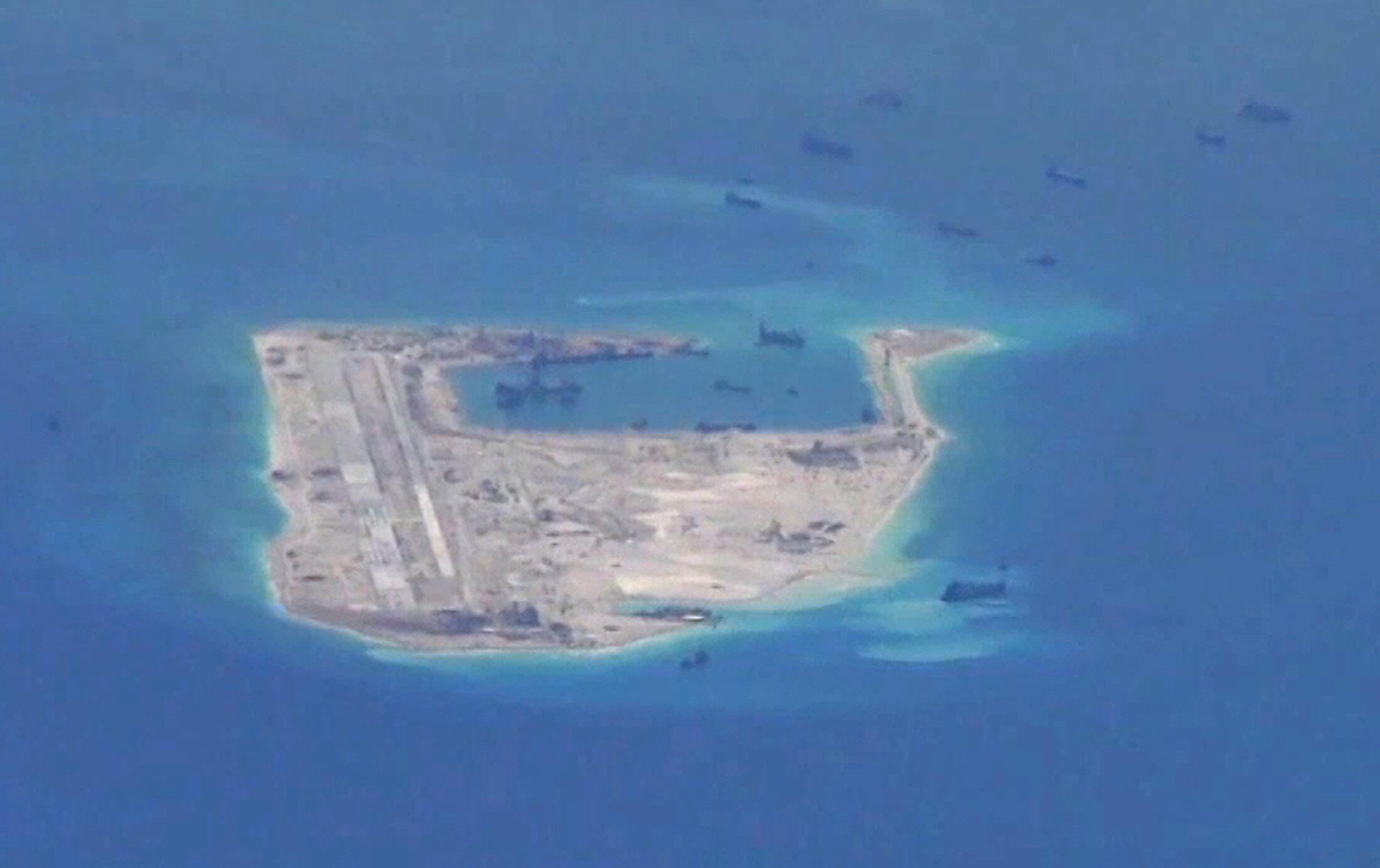Đá Chữ Thập mà Trung Quốc đang bồi đắp, chụp từ máy bay trinh sát của Mỹ ngày 21/05/2015.