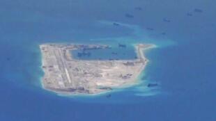 Ảnh chụp từ máy bay trinh sát P-8A Poseidon của không quân Hoa Kỳ cho thấy các hoạt động bồi đắp của Trung Quốc trên bãi Đá Chữ Thập, Trường Sa.