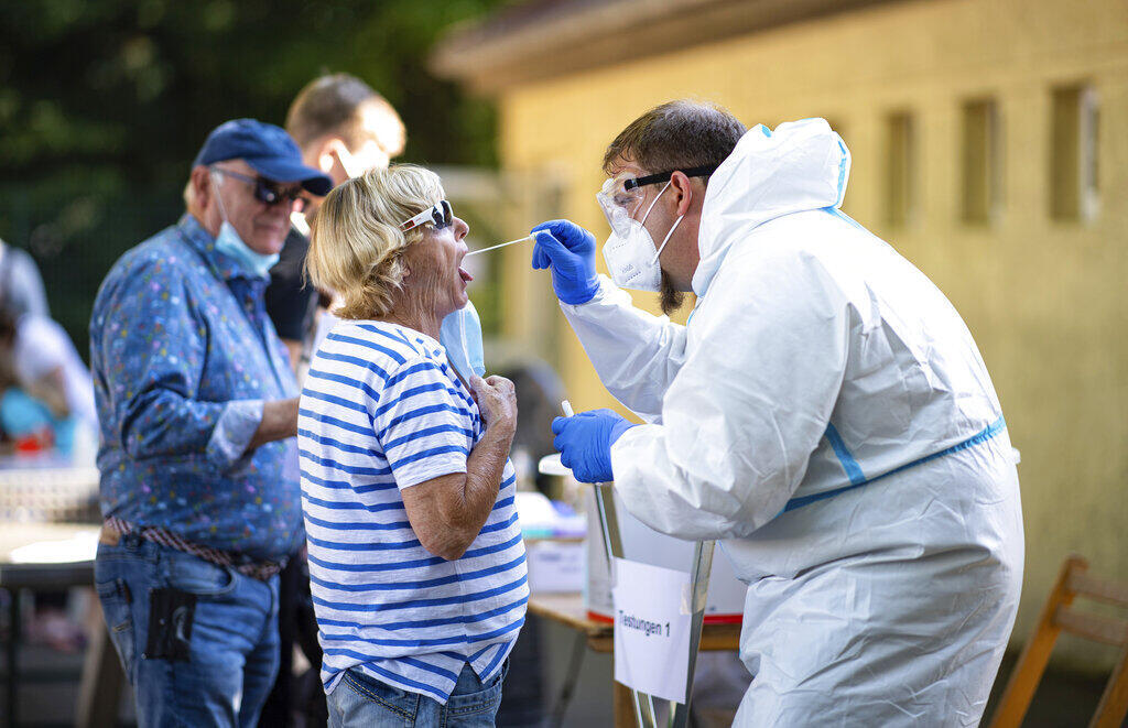 Mulher faz teste do coronavírus em Warendorf, em 25 de junho de 2020