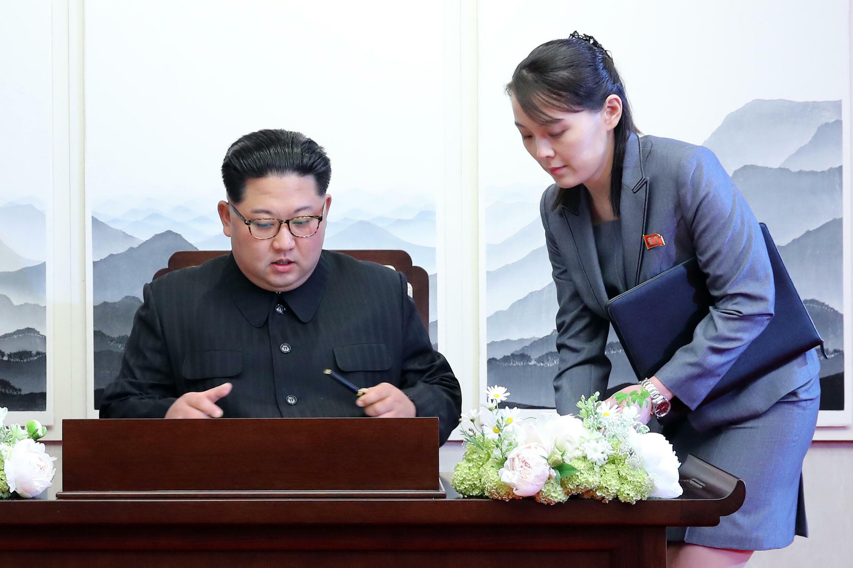 Kim Yo Jong (D) es una asesora política clave de su hermano y líder norcoreano Kim Jong Un