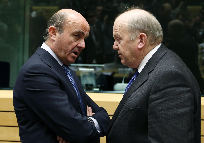 Os ministros das Finanças da Espanha e da Irlanda, Luis de Guindos e Michael Noonan (à direita), em junho passado, em Bruxelas.
