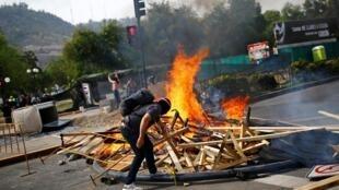 Протесты в Чили начались после решения властей повысить цены на проезд в метро
