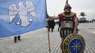 Un manifestant porte un ancien costume grec lors d'un rassemblement contre l'utilisation du terme «Macédoine» dans la ville de Thessalonique, en Grèce, le 21 janvier 2018.