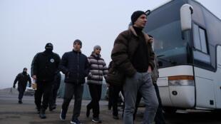 """""""O processo de liberação de prisioneiros começou no posto de controle de Maiorske, na região de Donetsk"""", twittou a presidência ucraniana na manhã de domingo, 29 de dezembro."""