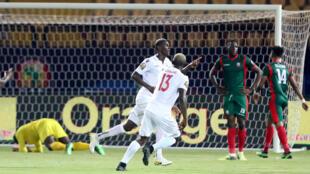 Les Guinéens célèbrent le deuxième but de Mohamed Yattara contre le Burundi le 30 juin 2019 au Caire.
