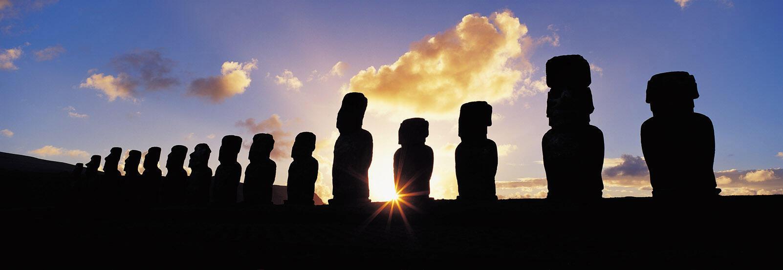 "Estas enormes estatuas, de la cultura ancestral de la etnia rapanui, son conocidas como ""moai""."