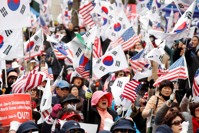 Partidários da ex-presidente sul-coreana Park Geun-hye protestam contra a condenação de 24 anos de prisão por corrupção. Seul, 06/04/18.