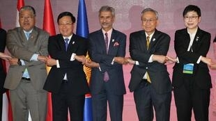 Ngoại trưởng Việt Nam Phạm Bình Minh (thứ 2, bên trái) cùng các đồng nhiệm Ấn Độ, Thái Lan tại hội nghị ngoại trưởng ASEAN, Bangkok, ngày 01/08/2019.