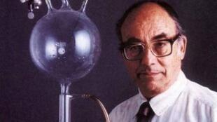 Le biochimiste Stanley Miller.