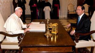 Giáo hoàng Phanxicô tiếp chủ tịch Việt Nam Trần Đại Quang tại Vatican ngày 23/11/2016.