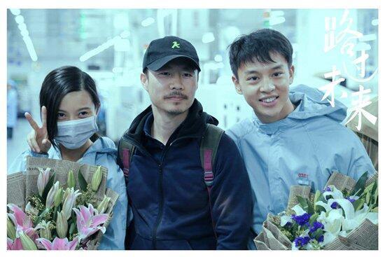 《路過未來》導演李睿珺(中)與兩位主演殺青照
