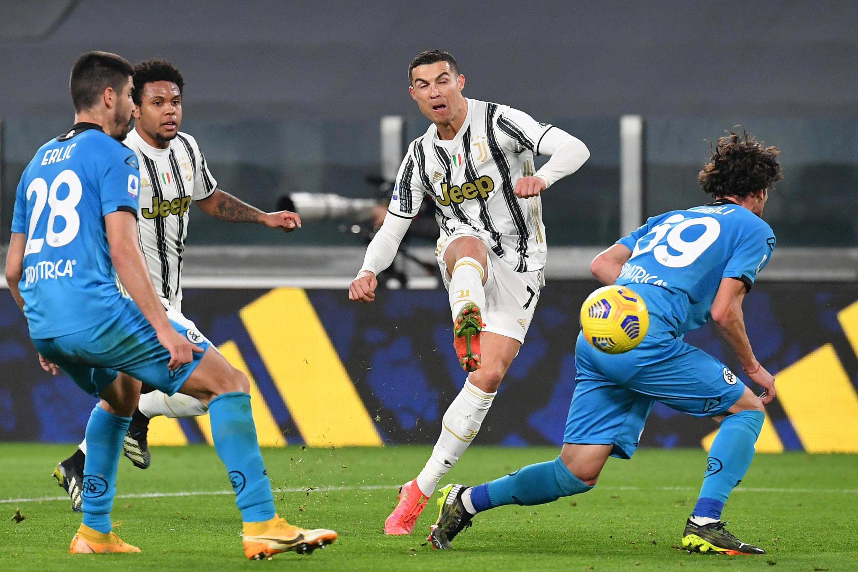 El astro portugués de la Juventus Cristiano Ronaldo remata sobre la portería de la Spezia, en partido de la Serie A italiana jugado el 2 de marzo de 2021 en  Turín