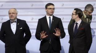 Lors d'une réunion à Riga, le 18 février, des ministres de la Défense européens, le Lituanien Juozas Olekas (g.), l'Estonien Sven Mikser (c.) et le Finlandais Haglund.