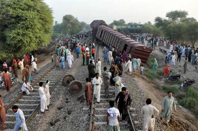 巴基斯坦一輛客運列車撞貨運列車2016年9月15日木爾坦