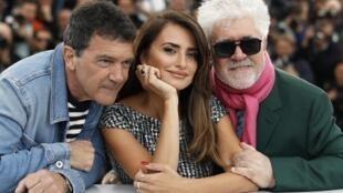 Đâọ diễn Pedro Almodovar (ngoài cùng bên phải) cùng 2 diễn viên chính của phim Dolor y Gloria Penelope Cruz và Antonio Banderas tại Cannes ngày 18/05/2019.