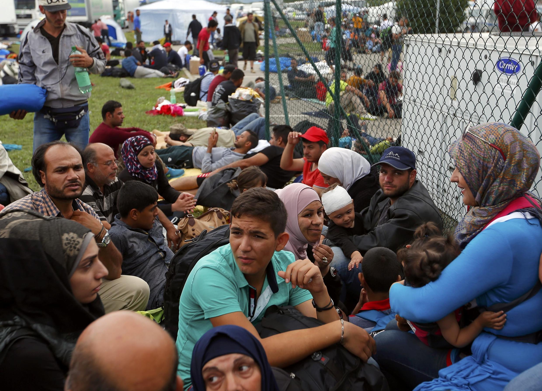 Migrantes na fronteira entre Croácia e Eslovênia.