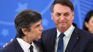 Ministan lafiyar Brazil da ya ajiye aikinsa Nelson Teich daga bangaren hagu, tare da shugaban kasar Brazil Jair Bolsonaro.  17/4/2020