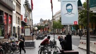 «le port d'un masque est obligatoire à partir de 12 ans» peux-t-on lire sur ce panneau dans une rue d'Anvers, située dans la région flamande de la Belgique, le 27 juillet 2020.