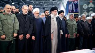 Kiongozi Mkuu wa Irani Ayatollah Ali Khamenei na Rais wa Irani Hassan Rouhani wakisalia maiti ya Meja-Jenerali Qassem Soleimani, mkuu wa kikosi cha Quds, ambaye aliuawa katika shambulio la anga la ndege ya Marekani kwenye uwanja wa ndege wa Baghdad, Tehran