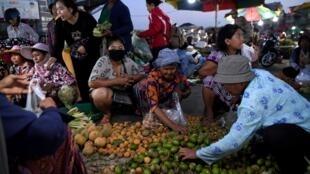 Au Cambodge, il n'existe pas de système d'aides généralisées pour les personnes sans emploi ou pour les plus vulnérables (illustration : marché à Phnom Penh, juin 2020).