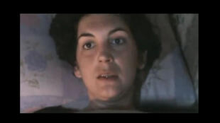 Vídeo divulgado na internet nesta quinta-feira mostra a jornalista francesa, Edith Bouvier, pedindo ajuda, após sobreviver a ataque.