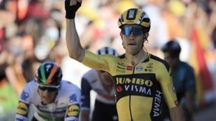 Wout Van Aert célèbre après avoir remporté la cinquième étape du Tour 2020