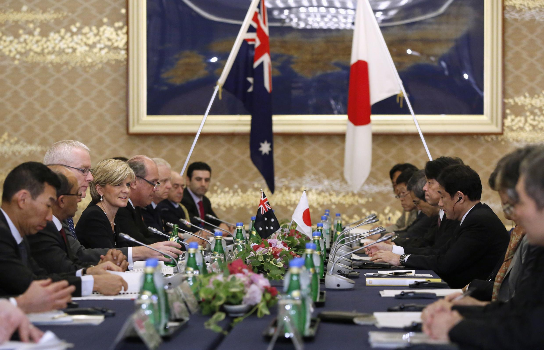 Nữ Ngoại trưởng Úc Julie Bishop, Bộ trưởng Quốc phòng Úc David Johnston (thứ 5 từ trái sang) và Ngoại trưởng Nhật Fumio Kishida (thứ 2 từ phải sang) trong hội nghị 2+2.