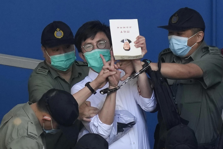 Nhà hoạt động ủng hộ dân chủ Ngô Văn Viễn (Avery Ng) khi bị cảnh sát hộ tống đến tòa án Hồng Kông ngày 28/05/2021.