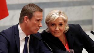 Nicolas Dupont-Aignan et Marine Le Pen à Paris, le 29 avril 2017.
