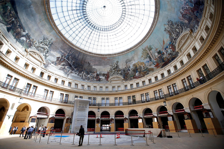 Vue générale de la Bourse du Commerce conçue au XIXe siècle par les architectes François-Joseph Belanger et Henri Blondel. Elle sera transformée par l'architecte Tadao Ando en un musée d'art contemporain de la Fondation Pinault.