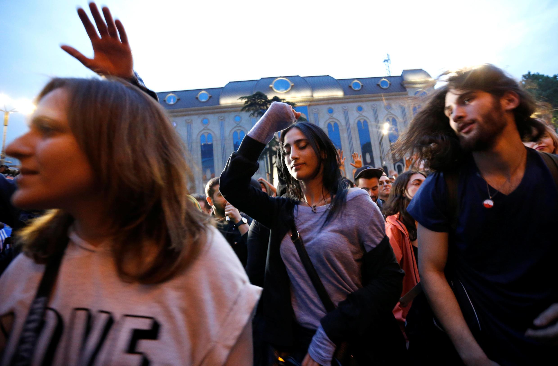 В Тбилиси акция протеста против полицейский рейдов в клубах превратилась в рейв под открытым небом, 12 мая 2018 г.