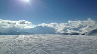 Les stations de sport d'hiver des Alpes françaises, confrontées au changement climatique, s'interrogent sur leur avenir.