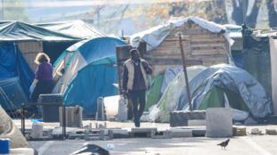 Un migrant dans un camp de fortune à Rome, le 13 novembre 2018. Depuis l'entrée en fonction du nouveau gouvernement italien, les migrants ne sont plus les bienvenus en Italie. Ils sont donc de plus en plus à rejoindre les Pays-Bas.
