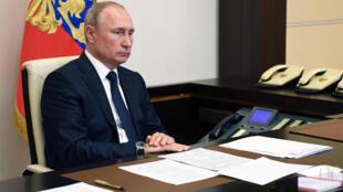 2020-06-01T135907Z_43151958_RC2D0H9EUSQ4_RTRMADP_3_RUSSIA-PUTIN-VOTE