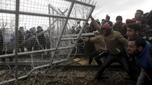 Мигранты попытались прорвать заграждение на греко-македонской границе с помощью самодельного тарана, 29 февраля 2016.