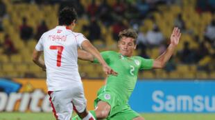 Mehdi Mostefa (d.) en duel avec le Tunisien Youssef Msakni lors de la CAN 2013 en Afrique du Sud.