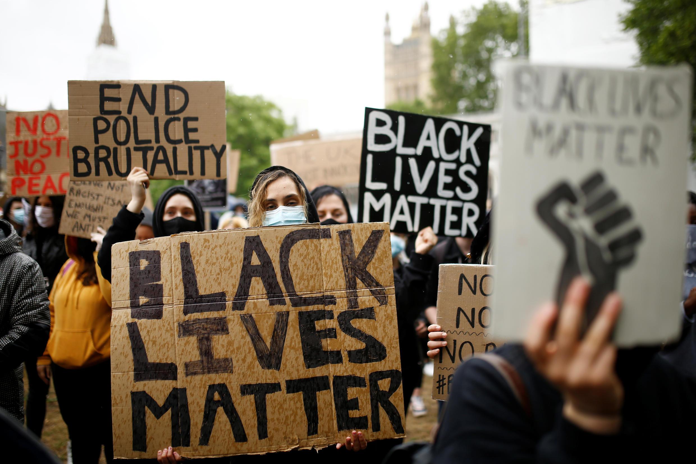 Em Londres, manifestantes se concentram em frente ao Parlamento britânico, apesar da pandemia de coronavírus.