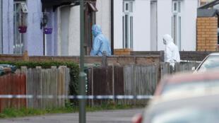 Samedi 16 septembre, la police scientique est en plein travail dans une maison de Sunbury-on-Thames où les a conduit l'enquête sur l'attentat dans le métro de Londres vendredi 15 septembre.